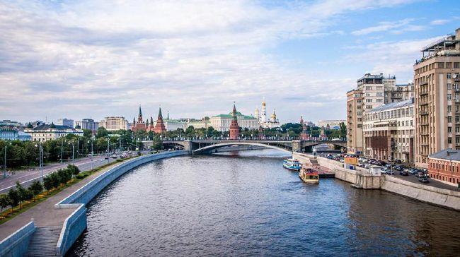Merayakan Ceria Musim Panas di Tepi Sungai Moskwa
