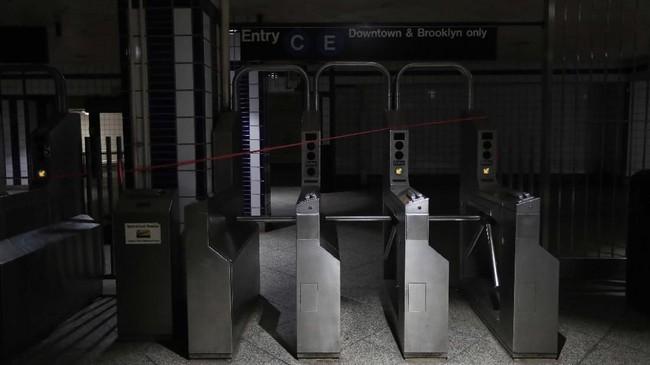 Sekitar 42 ribu pelanggan kehilangan listrik sejak sore hari.(AP Photo/Michael Owens)