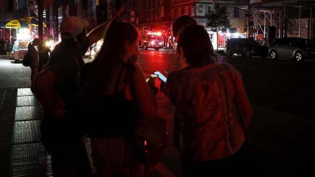 Warga New York secara umum menyikapi pemadaman hari Sabtu dengan tenang, beberapa orang berinisiatif mengatur persimpangan mengarahkan lalu lintas. (AP Photo/Michael Owens)
