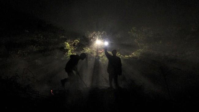 Warga berharap sebaran kabut asap tersebut dapat segera berakhir dan upaya pemadaman kebakaran lahan yang dilakukan petugas segera dapat teratasi. (ANTARA FOTO/Syifa Yulinnas)