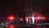 Petugas pemadam kebakaran mengatakan mereka menanggapi banyak permintaan bantuan, terutama dari orang-orang yang terjebak dalam lift.(AP Photo/Michael Owens)