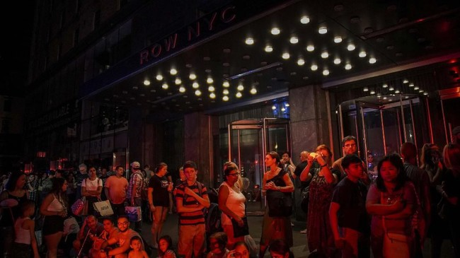 Pemadaman listrik besar-besaran melumpuhkan kota New York. Layanan kereta bawah tanah terhenti dan pusat kota Manhattan, termasuk Rockefeller Center yang ikonik dan Times Square, berubah menjadi gelap pada Sabtu (13/7) waktu setempat. (REUTERS/Jeenah Moon)