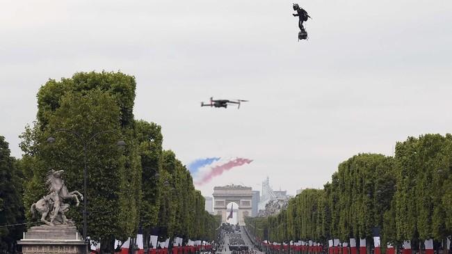 Papan terbang yang digunakan Franky Zapata merupakan bagian dari atraksi akrobatik udara tim militer Perancis team
