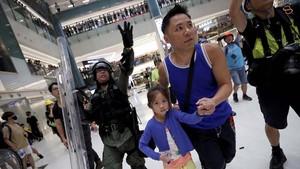 FOTO: Polisi dan Aktivis Hong Kong Bentrok di Mal