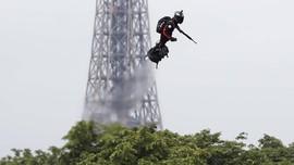 FOTO: Pria Melayang Pakai Papan Terbang di Langit Paris