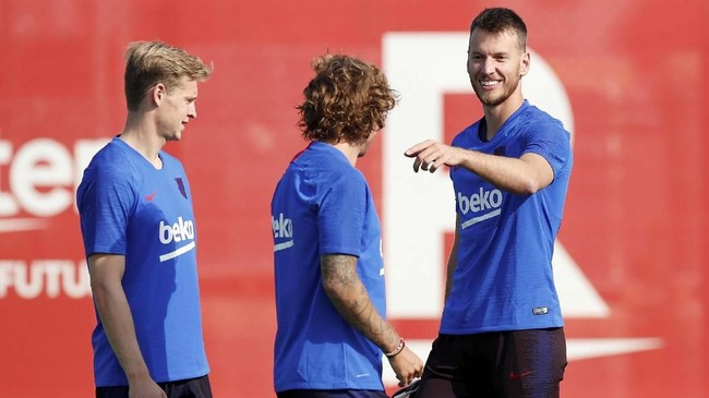 Griezmann berbincang dengan pemain baru Barcelona lainnya:Frenkie de Jong (kiri) yang didatangkan dari Ajax Amsterdam dan Neto dari Valencia.(REUTERS/Albert Gea)