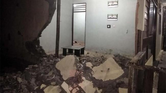 Gempa berkekuatan 7,2 Skala Richter yang terjadi pada pukul 16.10 WIB pada kedalaman 29 kilometer di darat 63 kilometer Timur Kota Labuha dirasakan kuat di beberapa wilayah. (ANTARA FOTO/BNPB)
