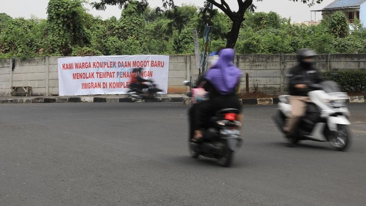 Wakil Wali Kota Jakarta Barat Muhammad Zen mengatakan, pihaknya akan menurunkan banner yang berisi tulisan penolakan dari beberapa warga sekitar.