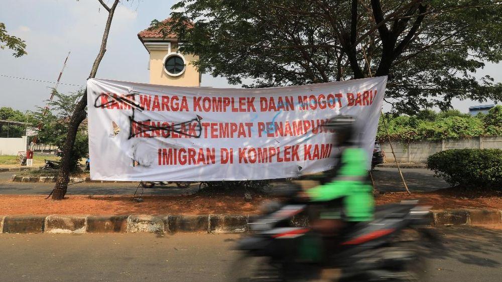 Pantauan CNBC Indonesia spanduk terpasang di pagar-pagar rumah dan pohon dari awal gerbang masuk hingga ke penampungan. Tercatat ada 10 buah spanduk.(CNBC Indonesia/Andrean Kristianto)