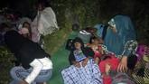 Warga tidur diruang terbuka pascagempa di desa Tokaka, Gene Barat Utara, Halmahera Selatan, Maluku Utara, Minggu (14/7/2019). BMKG mengimbau masyarakat agar tetap tenang dan tidak terpengaruh oleh isu yang tidak benar. Masyarakat juga diimbau menghindari bangunan yang retak atau rusak diakibatkan oleh gempa. (ANTARA FOTO/Safri)