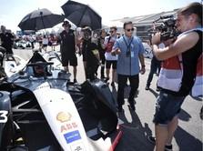 Cekrek! Ini Gaya Anies Saat Kunjungi Sirkuit Formula E di AS