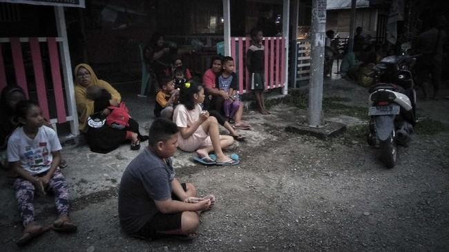 BPBD Kabupaten Halmahera Selatan melaporkan gempa dirasakan kuat selama dua detik hingga lima detik dan masyarakat panik berhamburan keluar rumah. (STR / AFP)