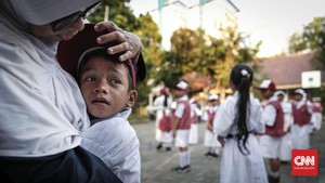 FOTO : Ragam Ekspresi Siswa di Hari Pertama Sekolah