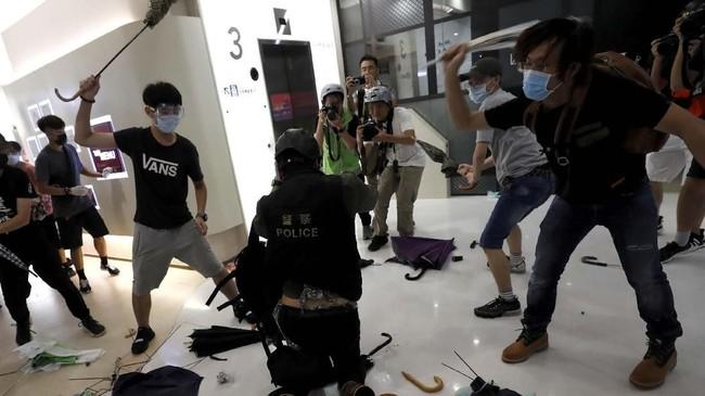 Polisi beralasan mereka terpaksa bertindak keras karena diserang menggunakan ketapel dari lantai atas mal yang penuh dengan gerai barang-barang mahal itu. (REUTERS/Tyrone Siu)