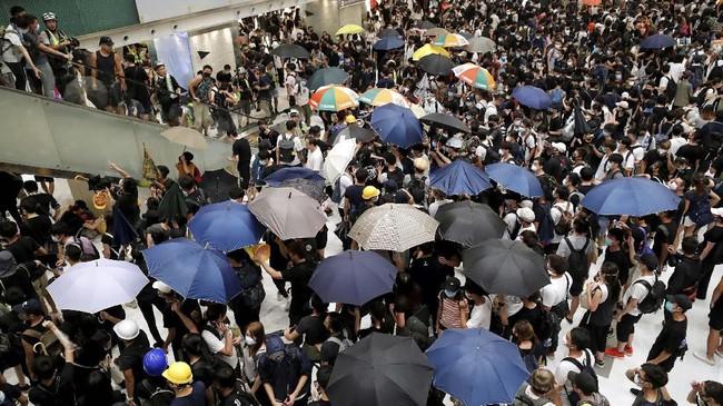 Insiden itu terjadi di dalam pusat perbelanjaan Sha Tin di perbatasan dengan China. Para pengunjuk rasa melemparkan sejumlah benda kepada polisi anti huru-hara. (REUTERS/Tyrone Siu)