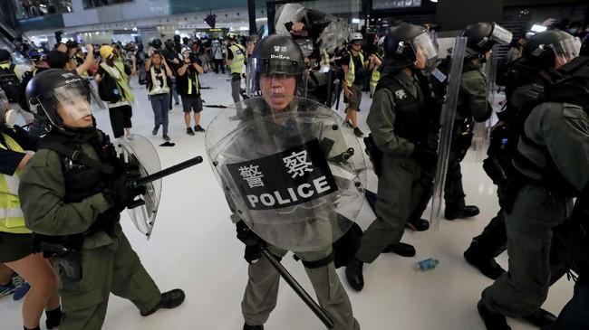 Sejak sore waktu setempat para pengunjuk rasa memblokir jalan dan perempatan di kawasan itu dengan membentuk barikade dari pagar besi, dan berhadap-hadapan selama beberapa jam dengan polisi. (REUTERS/Tyrone Siu)