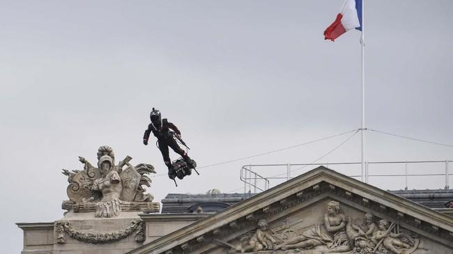Tentara Perancis tertarik menggunakan papan terbang ini untuk berbagai keperluan, termasuk keperluan senjata untuk menyerang (Photo by Alain JOCARD / AFP)