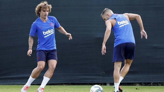 Antoine Griezmann melakukan oper-operan bola dengan bek kiri Jordi Alba. Griezmann direkrut dari Atletico Madrid dengan nilai kontrak 120 juta euro atau setara dengan Rp1,8 triliun. (REUTERS/Albert Gea)