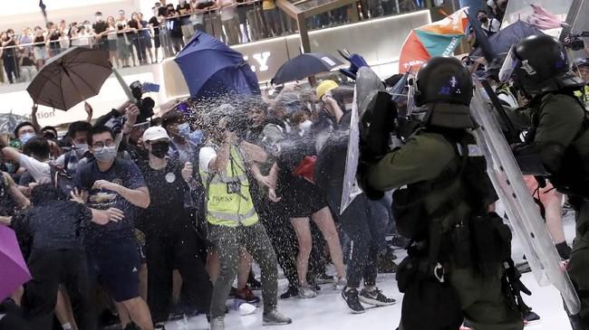 Sekitar 10 ribu aktivis Hong Kong kembali terlibat bentrok dengan aparat kepolisian saat demonstrasi pada Minggu (14/7) kemarin. (REUTERS/Tyrone Siu)