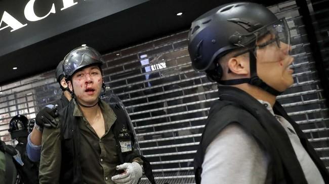 Sejumlah pengunjuk rasa ditangkap. Tak sedikit pula aparat kepolisian yang terluka. Bentrokan selesai ketika massa demonstran pergi sekitar pukul 22.00 waktu setempat.(REUTERS/Tyrone Siu)