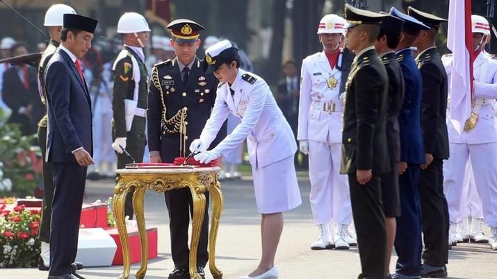 Jokowi secara resmi melantik 781 perwira TNI dan Polri di Istana Merdeka, Kompleks Istana Kepresidenan, Jakarta, Selasa (16/7/2019).