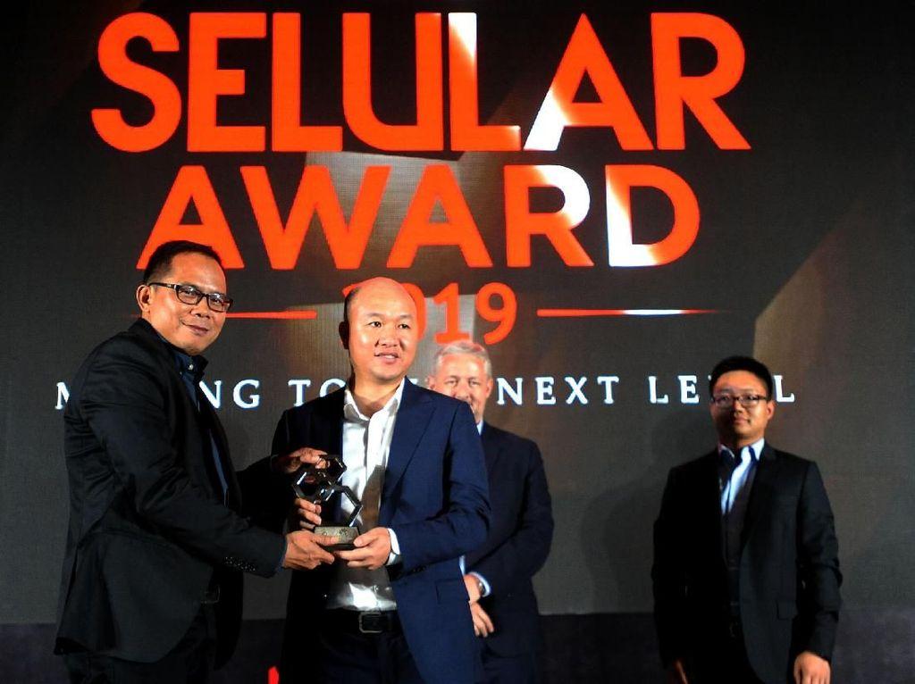 CEO Carrier Network Business Group Huawei Indonesia Andy Ma (kedua kiri) menerima penghargaan Best 5G Innovative Technology yang diserahkan CEO Selular Media Group Uday Rayana dalam acara penganugerahan Selular Award 2019, di Jakarta, Senin (15/7/2019). Foto: dok. Huawei