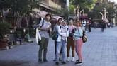 Kelompok turis asal Malaysia berwisata di Kashgar, Xinjiang, China. (GREG BAKER/AFP)