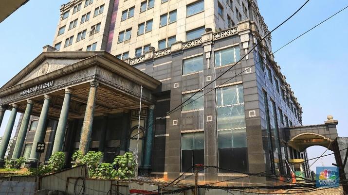 Menara Saidah dahulu pusat perkantoran. Gedung ini bagi sebagian orang dianggap miring.