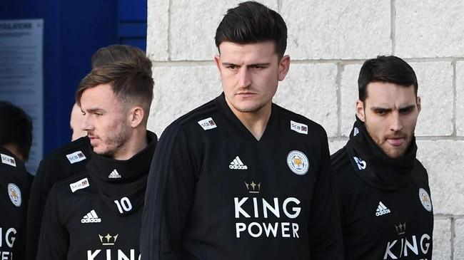 Harry Maguire (tengah) dikabarkan sudah meminta Leicester City untuk dijual ke Manchester United dengan nilai transfer 80 juta poundsterling. (Paul ELLIS / AFP)