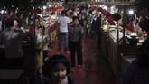 Pasar malam di Kashgar.Meskipun awalnya para wisatawan tidak terbiasa dengan pemandangan keamanan tingkat tinggi pada mereka beradaptasi setelah beberapa hari. (GREG BAKER/AFP)