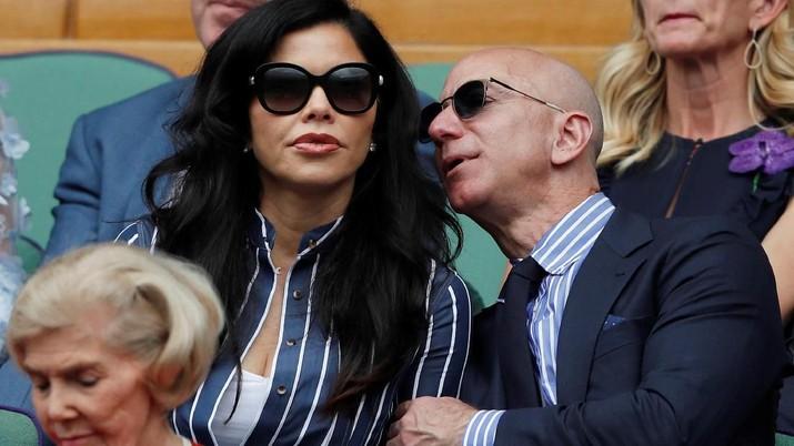Orang terkaya di dunia, Jeff Bezos baru usai urus perceraian dengan istrinya dua pekan lalu. Kini, sudah punya pacar baru.