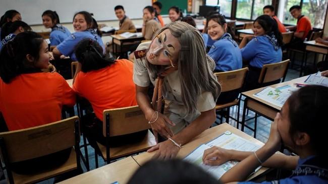 """""""Beberapa murid takut.. Tapi sekarang mereka lebih penasaran dan tertantang untuk belajar tentang apa yang akan terjadi di kelas,""""ucapnya. (REUTERS/Athit Perawongmetha)"""