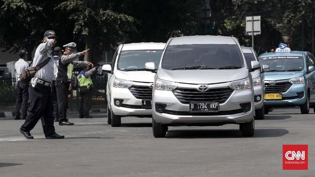 Kualitas udara di Jakarta setiap harinya dipengaruhi waktu masyarakat dalam menggunakan transportasi. Kualitas udara paling buruk terjadi saat jam-jam sibuk atau peak hour penggunaan transportasi, Jakarta, Rabu 17 Juli 2019. (CNNIndonesia/Safir Makki)