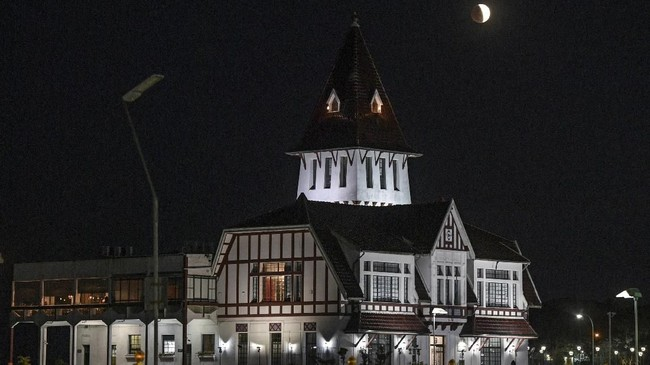 Daerah Indonesia bagian Barat dapat menyaksikan sebagian besar atau seluruh tahapan gerhana bulan sebagian.(Photo by JUAN MABROMATA / AFP)