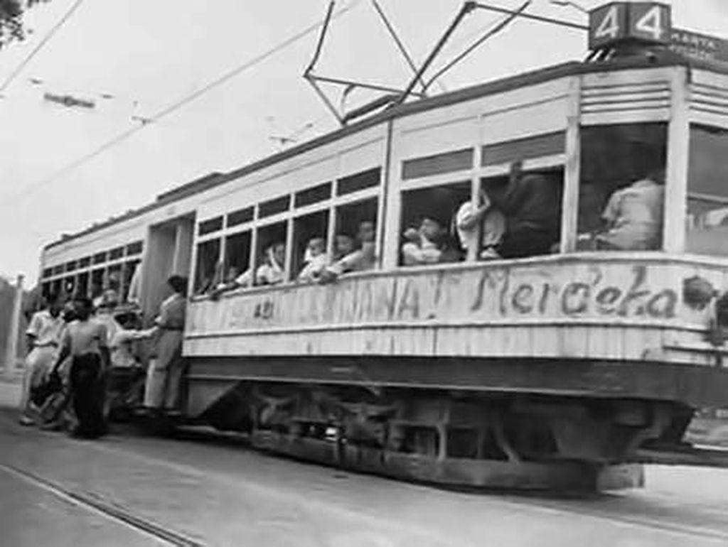 Meski kehadiran trem listrik dinilai sangat membantu warga kota Jakarta di masa lalu. Di tahun 1960-an trem yang beroperasi di Jakarta mulai dihentikan. Istimewa/Dok. quora.com.