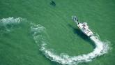 Debur air di Samudera Atlantik kerap tak bisa dihindari oleh para peselancar untuk melampiaskan hasrat menunggangi ombak.