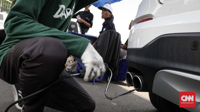 Sementara untuk mobil keluaran 2007 ke bawah, ambang batas untuk CO berada di lebel 4,50 dan untuk HC 1.200 ppm. (CNNIndonesia/Safir Makki)