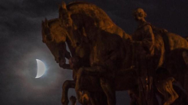 Selama terjadi gerhana bulan sebagian, bagian bulan akan menjadi gelap ketika bergerak melewati bayangan Bumi.(Photo by NELSON ALMEIDA / AFP)
