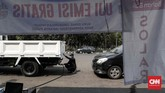 Dinas Lingkungan Hidup (Dinas LH) DKI Jakarta mengimbau pemilik kendaraan bermotor untuk melakukan uji emisi setiap enam bulan sekali. Uji emisi ini sebagai bentuk kepedulian untuk mengurangi polusi udara. (CNNIndonesia/Safir Makki)