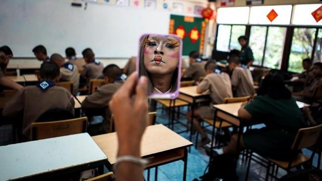 Guru yang dikenal dengan nama Bally ini mengungkapkan bahwa banyak murid yang tak suka belajar bahasa Inggris karena malu jika membuat kesalahan. Dia mengklaim bahwa cara ini akan membantu menghilangkan halangan tersebut. (REUTERS/Athit Perawongmetha)
