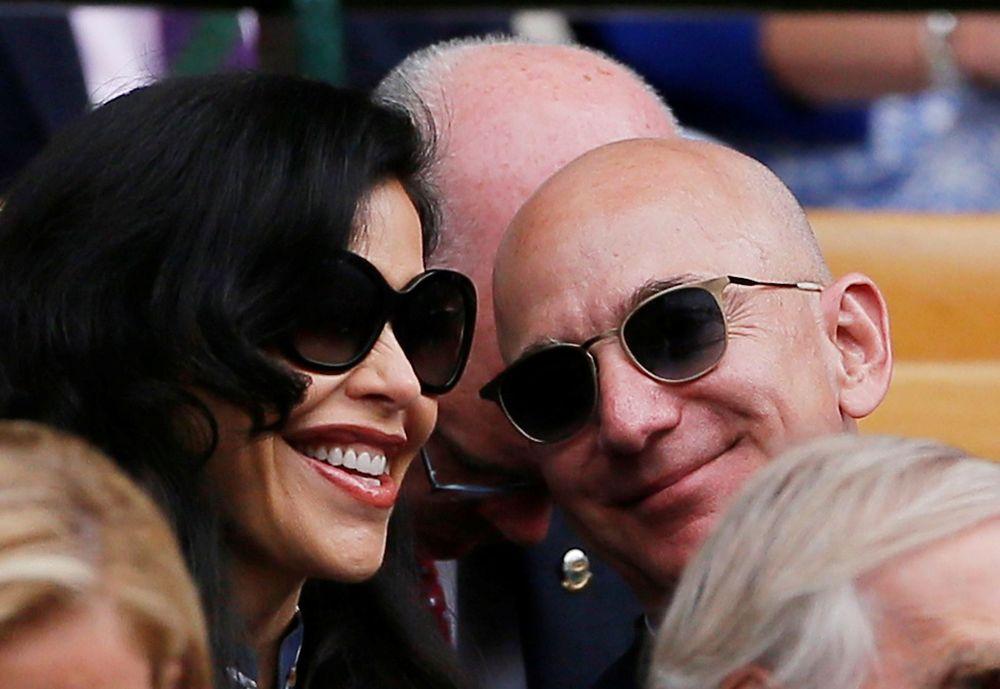 Mesranya Jeff Bezos dan Lauren Sanchez, kekasih barunya, di All England Tennis Club ketika mereka menyaksikan Wimbledon pada hari Minggu (14/07)