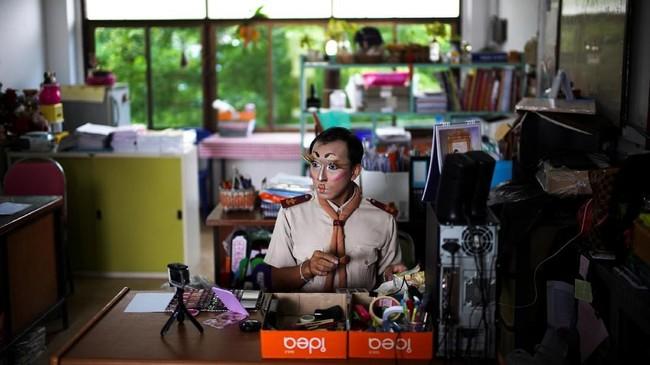 Demi mengurangi ketakutan murid-muridnya, guru di Thailand Theeraphong Meesat punya cara unik dengan mendatangkan 'Lisa Blackpink.' (REUTERS/Athit Perawongmetha)