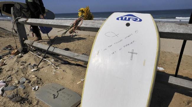 Cape Cod adalah sebuah pantai di Massachusetts, Amerika Serikat, yang menjadi tujuan liburan banyak orang karena keindahannya.