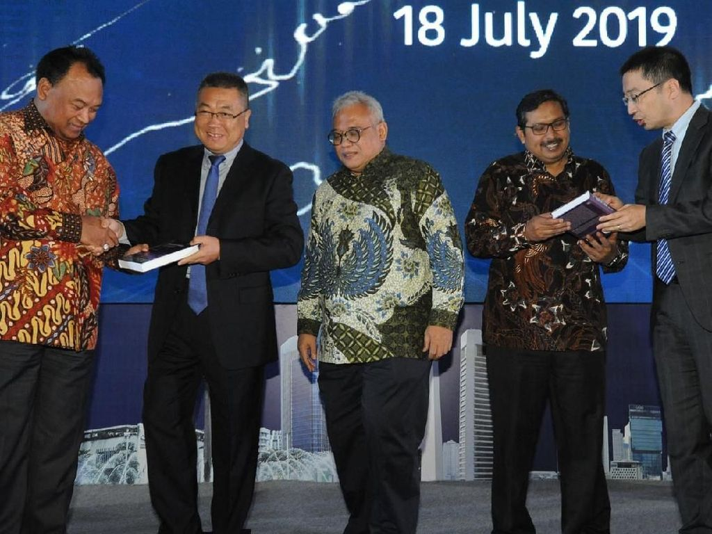 Penandatanganan perjanjian kerjasama itu dilakukan langsung oleh VP Southern Pacific Carrier Business Delivery & Service Huawei Wang Jung Son (tengah) didampingi VP Organization Transformation Huawei Indonesia Albert Yang (kedua kanan) di Jakarta. Foto: dok. Huawei