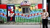 Sebagian besar lukisan Wu di desa bertemakan simbol keberuntungan dan isu politik. (AFP PHOTO/Sam Yeh)
