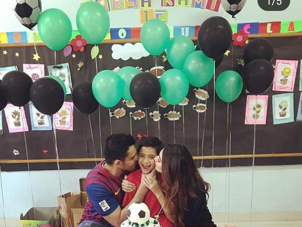 Mendatangi sekolah anaknya, Tania dan Abdul kompak memberikan kejutan kue ulang tahun betema sepak bola. Foto: Instagram @tanianadiraa