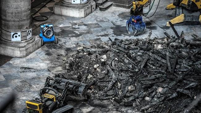 Dalam kejadian itu, tim pemadam kebakaran bisa menyelamatkan menara lonceng utama serta dinding bagian luar sebelum api tambah membesar.