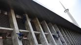 Pekerja menyelesaikan proyek renovasi Masjid Istiqlal di Jakarta, Rabu (17/7/2019). Pekerjaan renovasi Masjid Istiqlal meliputi pembangunan gedung parkir, penataan kawasan, arsitektur, interior, renovasi sistem mekanikal, elektrikal dan plumbing (MEP) dengan anggaran sebesar Rp465,3 miliar. ANTARA FOTO/M Risyal Hidayat