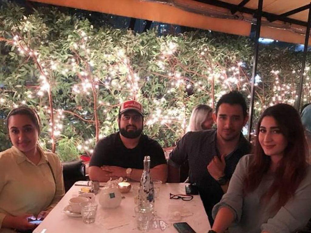 Dengan pemandangan gemerlap lampu di sebuah kafe, Tania dan Abdull ditemani kedua temannya untuk makan malam bersama. Foto: Instagram @tanianadiraa