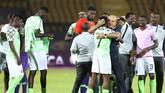 Pelatih Nigeria Gernot Rohr memeluk Ahmed Musa usai pertandingan merayakan keberhasilan mereka meraih peringkat ketiga Piala Afrika. (Off REUTERS/Suhaib Salem)